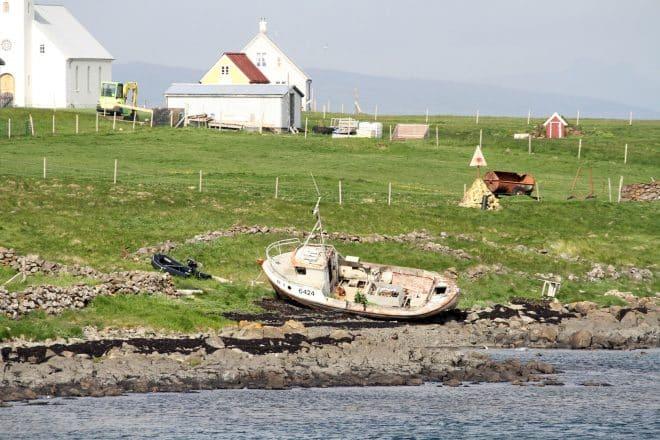 Un bateau sur l'île Flatey
