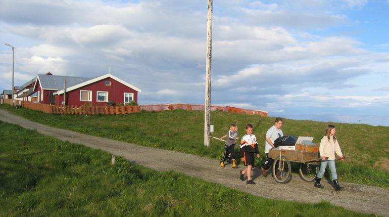 Enfants marchant sur l'île de Flatey.