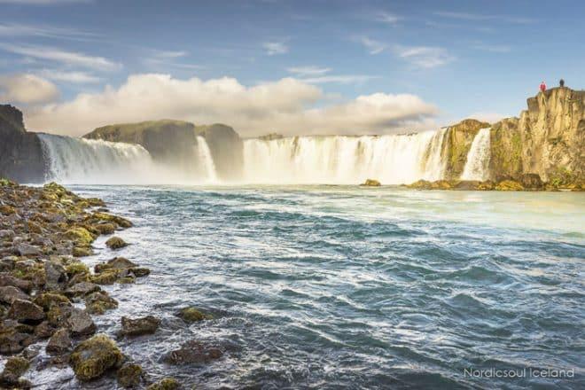 La cascade des dieux connue sous le nom de Godafoss entre Myvatn et Akureyri dans le nord de l'Islande