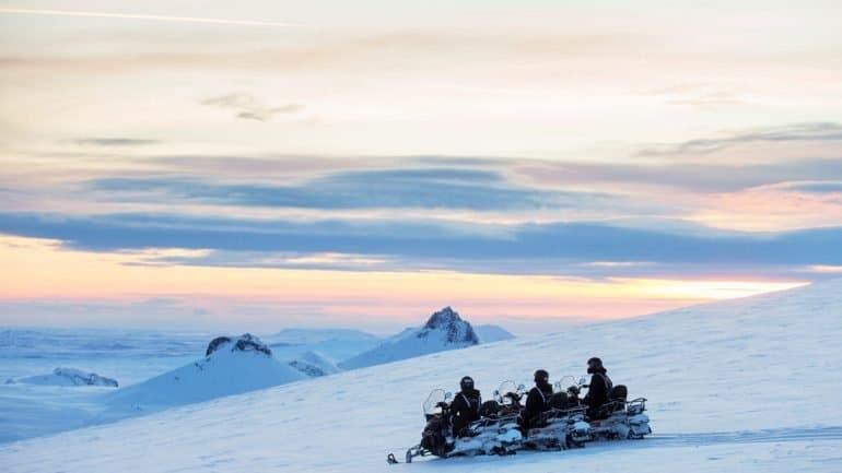 Motoneige sur un glacier en Islande