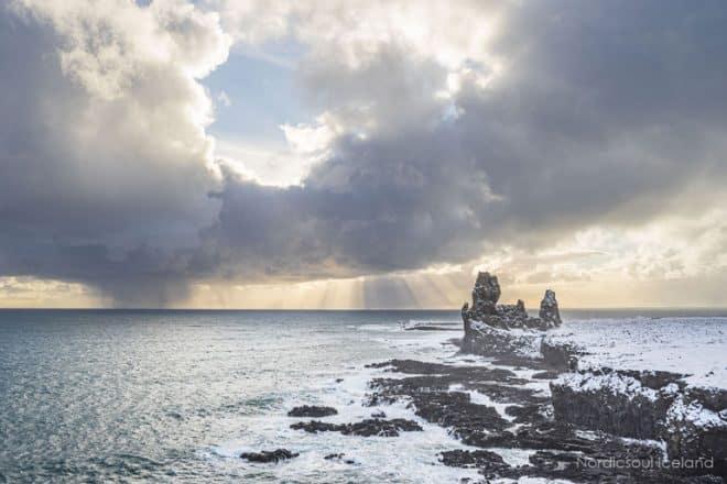 Londrangar est l'une des photos classiques prises lors de la conduite autour de la péninsule de Snaefellsnes
