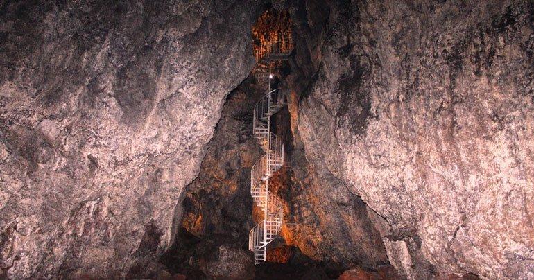 À l'intérieur de la grotte de lave de Vatnshellir sur la péninsule de Snaefellsnes avec des escaliers qui descendent dans la grotte