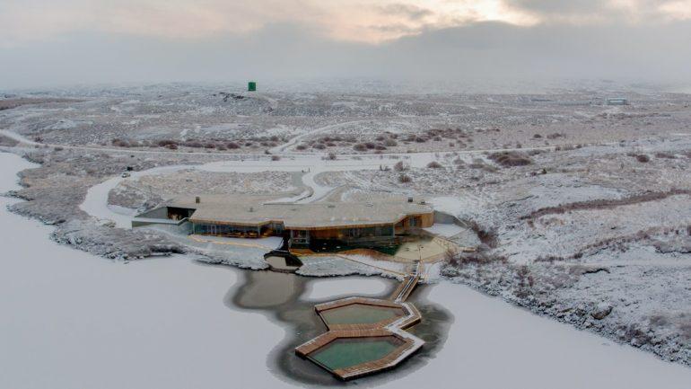 Une vue aérienne des bains de Vök dans l'Est de l'Islande