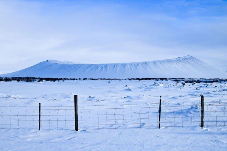 Cratère du volcan Hverfjall dans la région de Myvatn dans le nord de l'Islande recouvert de neige sous un ciel bleu