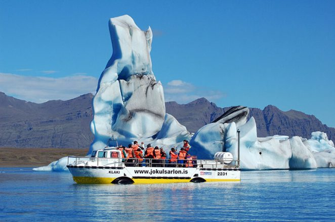 Une façon amusante de visiter le célèbre jokulsarlon est de faire un bateau au milieu des icebergs flottants