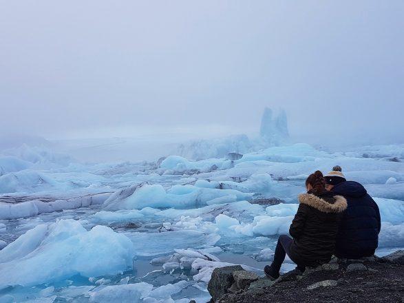Un couple dans la plus célèbre lagune glaciaire d'Islande, Jökulsárlón.