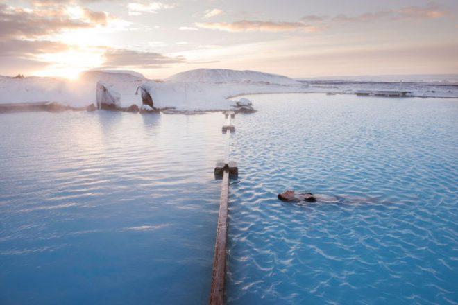 Personne flottant dans les bains Myvatn Nature en hiver