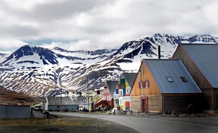 Maisons colorées et une montagne enneigée dans la ville de Siglufjordur.