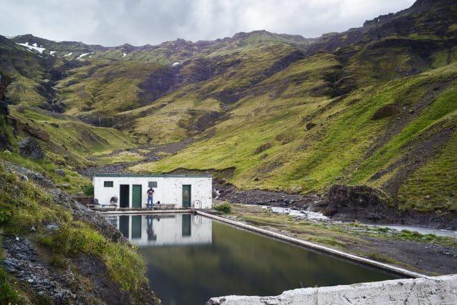 Une photo de la piscine de Seljavallalaug en été