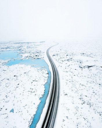 Une route à travers le paysage gelé d'Islande