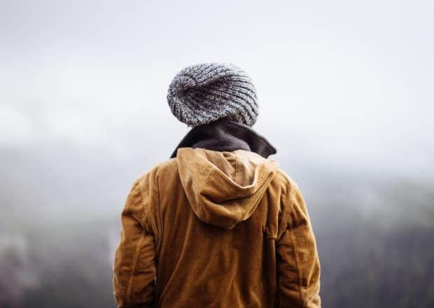 Une photo d'une femme en vêtements d'hiver
