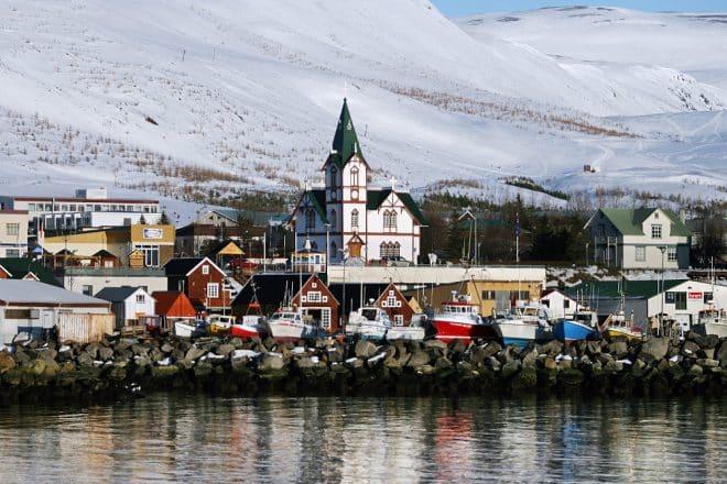 La ville de Húsavík, dans le nord de l'Islande, avec son église emblématique au centre.
