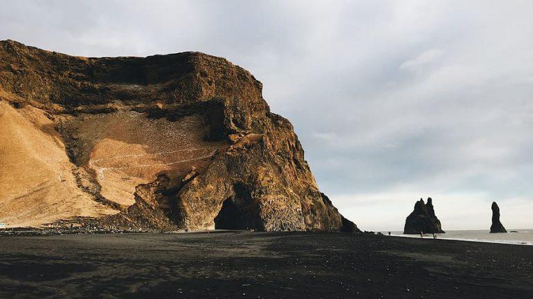 A photo of Hálsanefshellir cave
