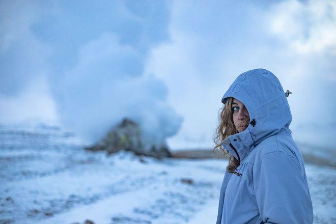 Un touriste d'hiver devant une source chaude