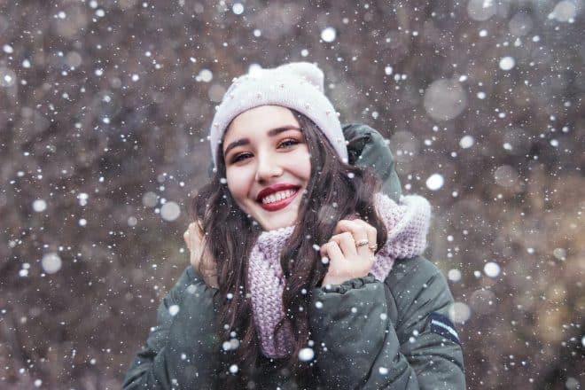 Une femme en vêtements d'hiver.