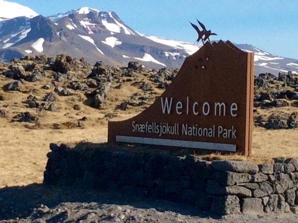 Un signe accueillant les gens au parc national de Snaefellsjokull.
