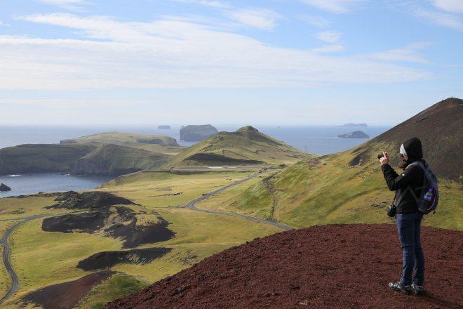 La vue sur l'océan depuis le sommet du volcan Eldfell sur les îles Westman.