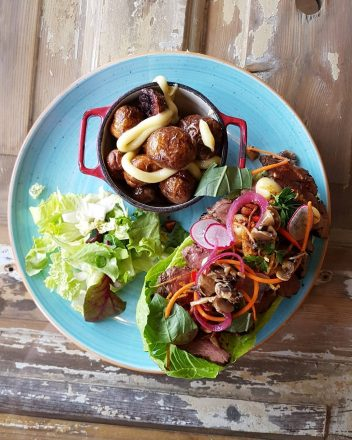 Une photo de nourriture sur une assiette du restaurant Gott sur les îles Westman.