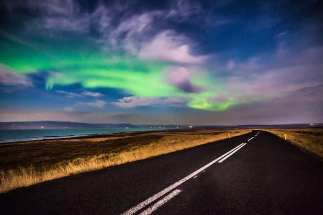 Northern Lights sur une route vide en Islande