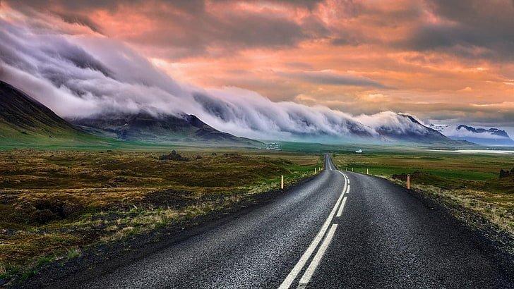Nuages couvrant les montagnes par une route sur la péninsule de Snæfellsnes.