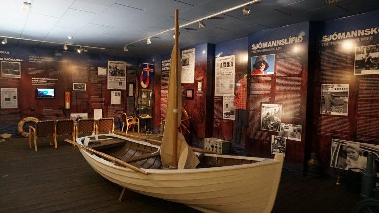 Un bateau de pêche islandais à l'intérieur d'un musée sur les îles Westman.