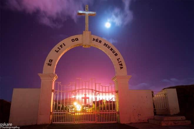 L'arche du cimetière de Westman Island la nuit.