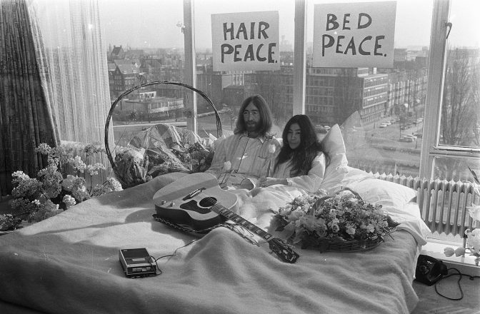 John Lennon and Yoko Ono in bed for peace.