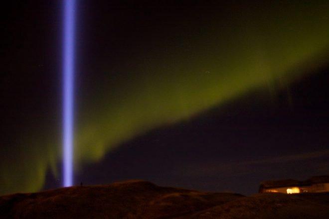 Aurores boréales et la tour Imagine Peace en Islande.