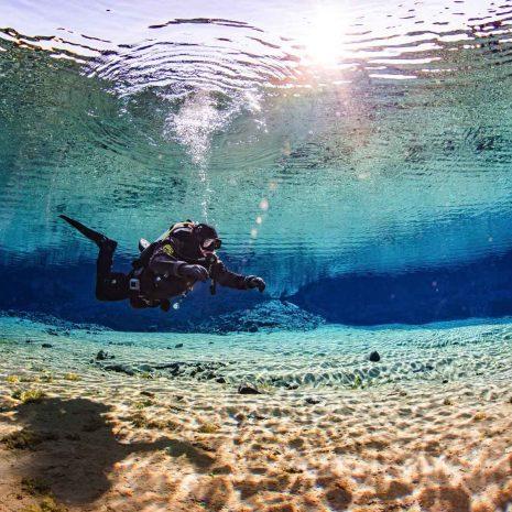 Un plongeur à Silfra