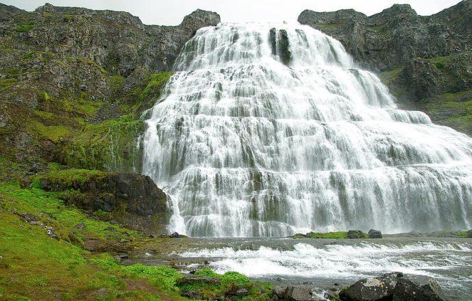 La cascade Dynjandi en été.