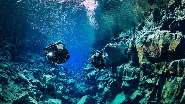 2 divers in the crack of David in Iceland