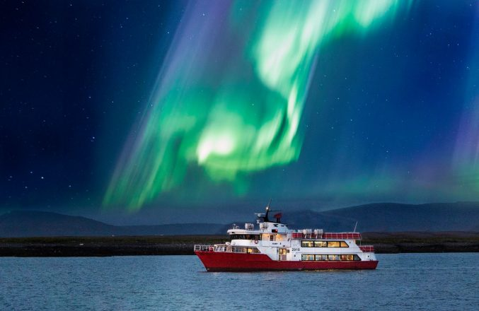 Northern Lights lors d'une excursion d'observation des baleines en Islande.