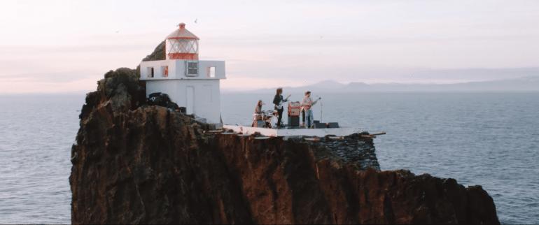 Le groupe islandais Kaleo devant le phare de Thridrangar Cliffs.