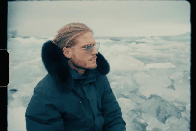 L'ancien footballeur islandais Rúrik Gíslason entouré d'icebergs.