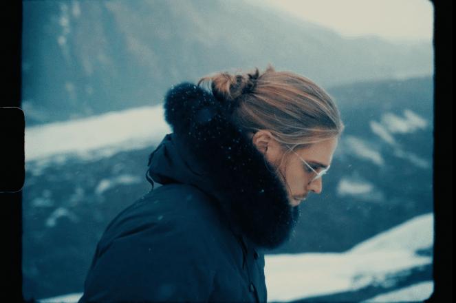 Le footballeur islandais Rúrik Gíslason devant les montagnes dans son clip