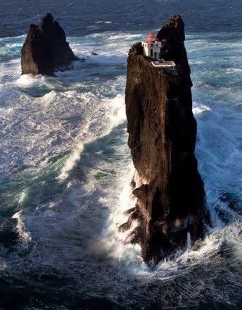 Le phare des falaises de Þrídrangar dans le sud de l'Islande