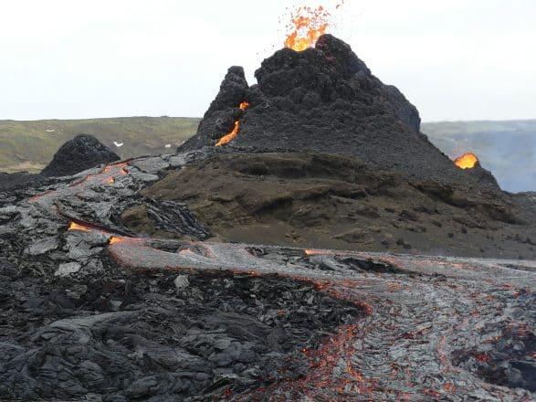 Un cratère volcanique crachant de la lave en Islande