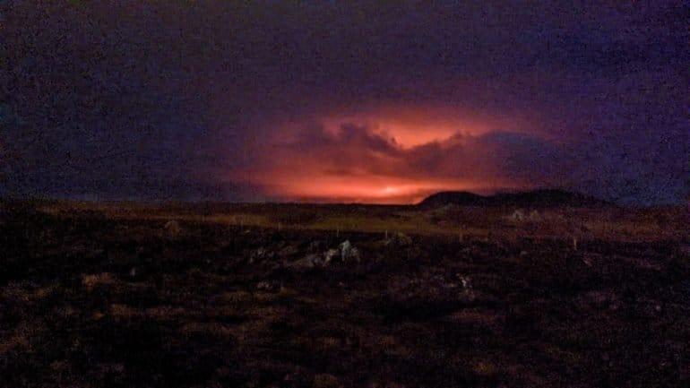 Une lueur de lave lors d'une éruption en Islande