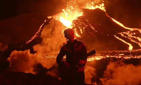 Chanteur du groupe islandais Kaleo devant un volcan en éruption