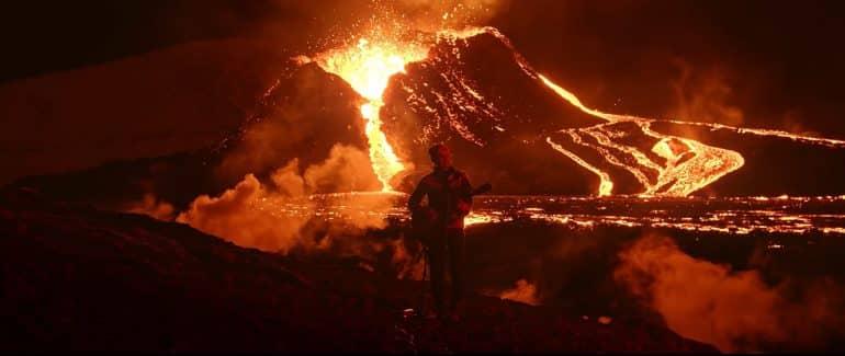 Membre du groupe islandais Kaleo devant un volcan