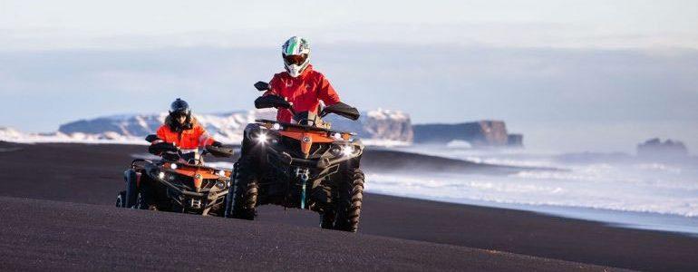 Deux VTT sur une plage de sable noir dans le sud de l'Islande