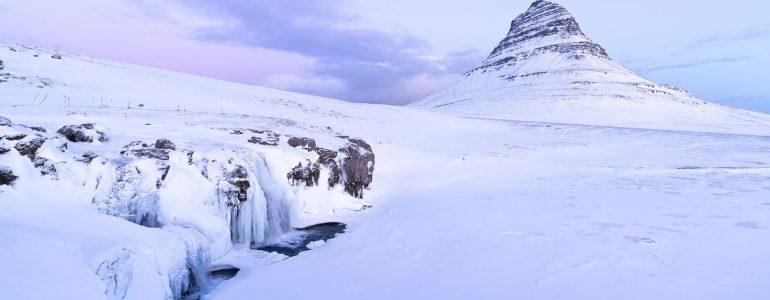 L'une des montagnes les plus photographiées d'Islande, le célèbre kirkjufell sous la neige